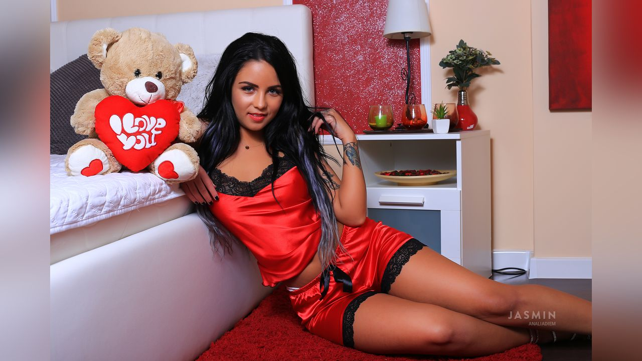 AnaliaDiem sexy cam girl in red